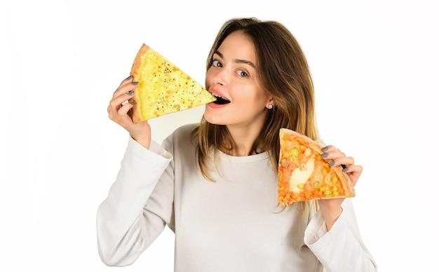 Женщина ест пиццу улыбается женщина ест пиццу обед счастливая девушка держит в руках кусочки пиццы