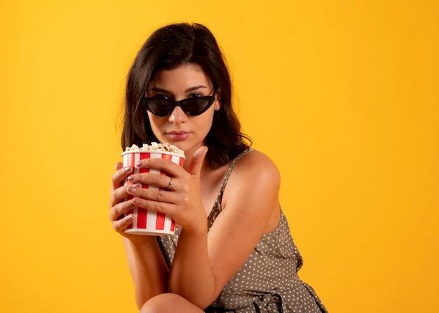 Женщина ест попкорн с 3d очками