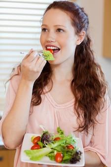 女、サラダ、食べること、台所