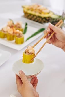 Женщина ест фаршированные кабачки