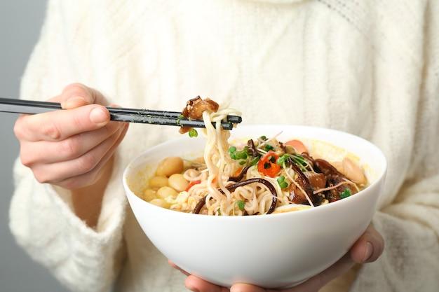 Женщина ест вкусный китайский суп, крупным планом