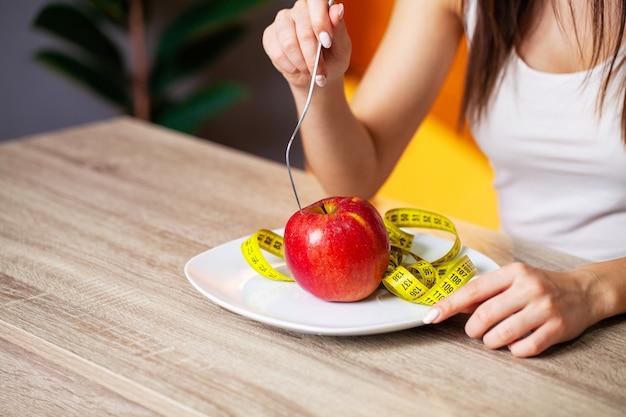 Женщина ест только свежие фрукты для похудения