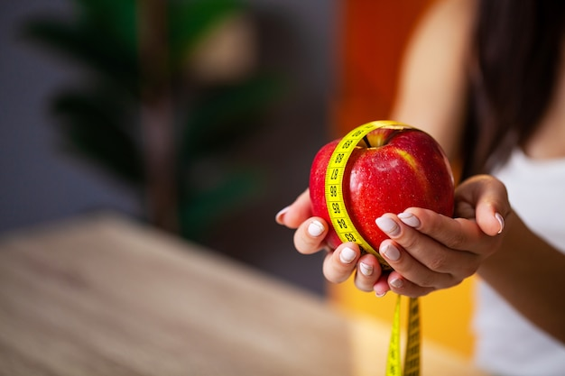 여자는 체중 감량을 위해 신선한 과일만을 먹는다