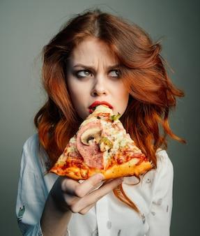 女性が喜んでピザを食べる