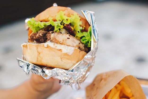 女性はおいしいハンバーガーを食べる