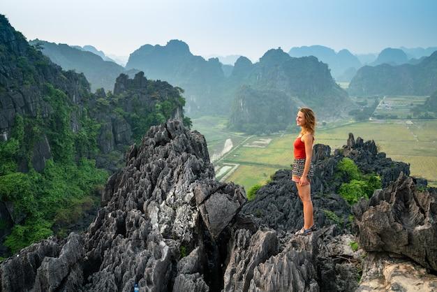 Donna sul bordo di una montagna