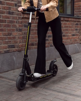 Donna su scooter elettrico all'aperto