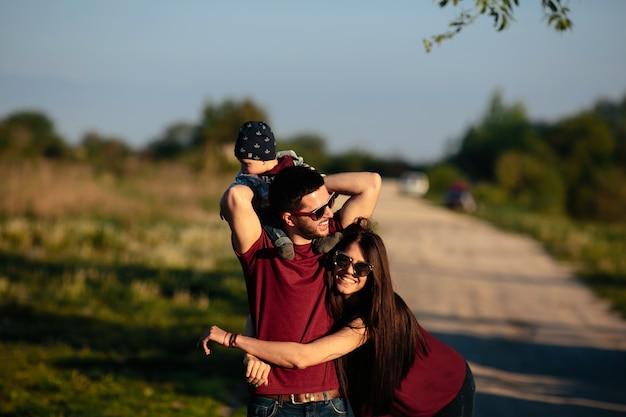 彼は赤ん坊を持っていながら、女は彼女の男を受け入れます