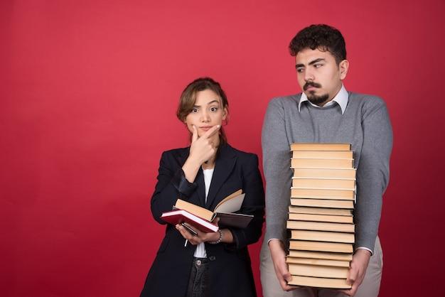 Dipendente della donna che guarda l'obbiettivo con il suo partner accanto a lei