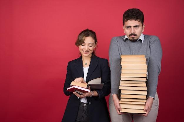그녀의 파트너 옆에 책을 읽는 여자 직원