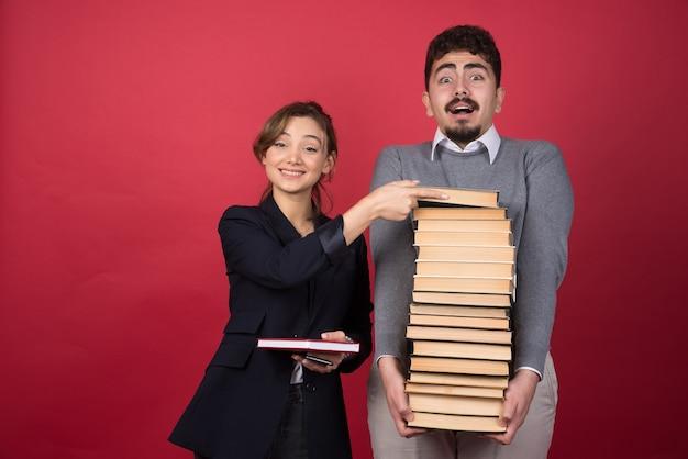그녀의 동료에서 여자 직원 복용 책