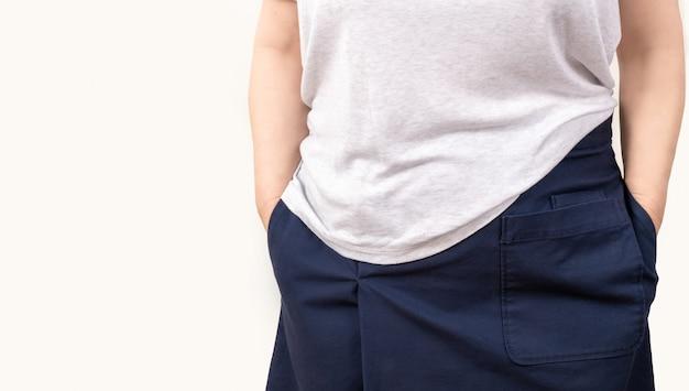 Женщина пустые карманы на белом фоне