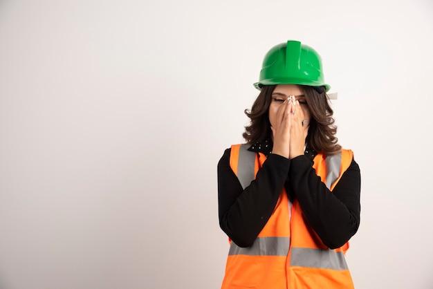 議論に飽き飽きしている女性エンジニア