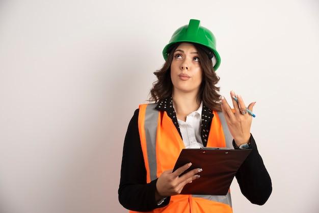 白で議論している女性エンジニア