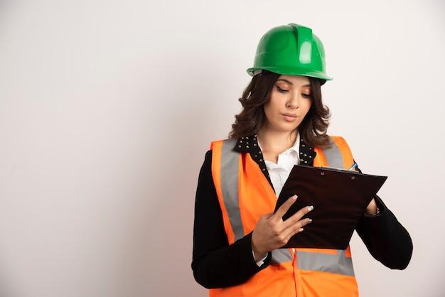 Женщина-инженер, глядя на важные документы