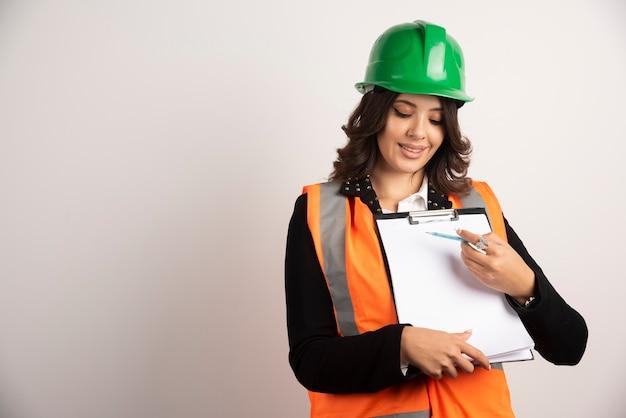 プロジェクトについて楽しく話している女性エンジニア