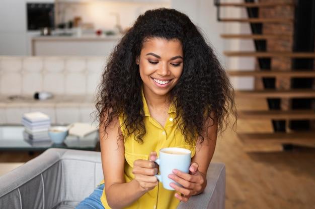 Женщина, наслаждающаяся чашкой кофе
