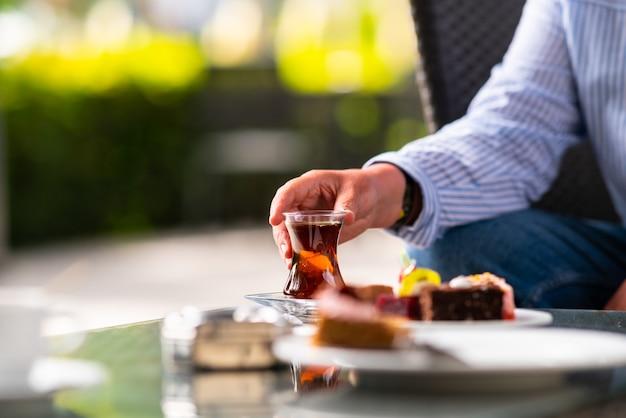 レストランでお茶とケーキを楽しむ女性