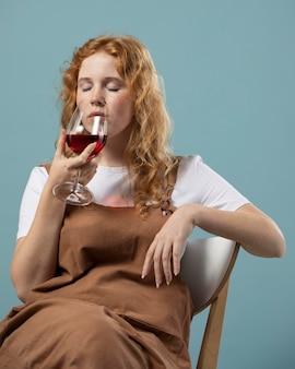 레드 와인 한 잔을 즐기는 여자