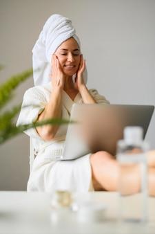 Женщина, наслаждаясь спа-день дома