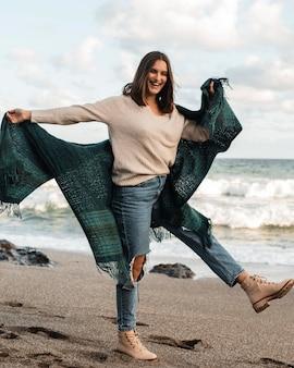 Donna che gode di un'avventura in spiaggia