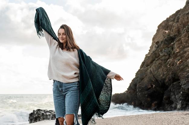 Donna che gode di una gita in spiaggia