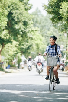 自転車に乗るを楽しむ女性