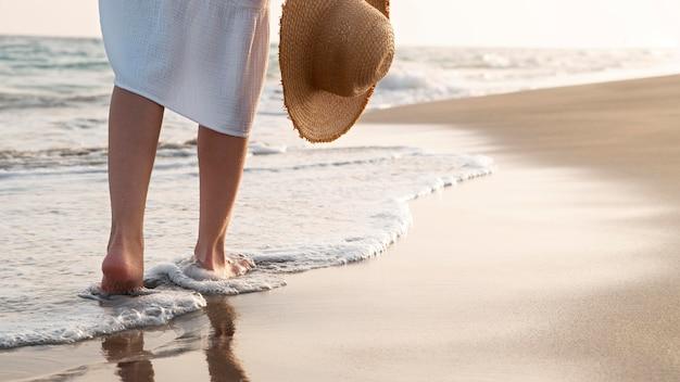 ビーチで休暇を楽しんでいる女性