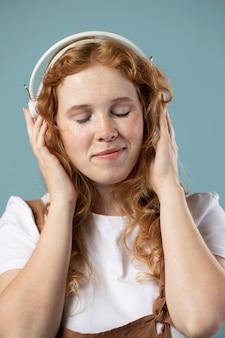 헤드폰에서 음악을 즐기는 여자