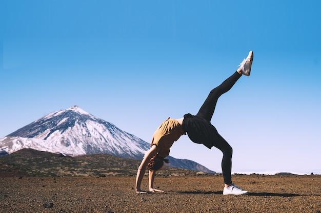 テネリフェ島スペインヨーロッパ旅行とライフスタイルの画像で自然を楽しむ女性テイデ山火山