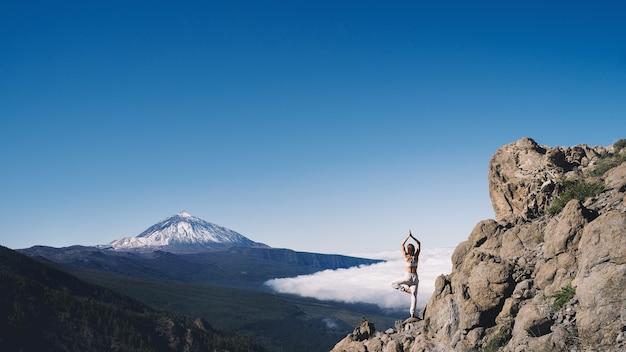 Женщина наслаждается природой вулкан тейде на тенерифе испания европа путешествия и образ жизни image
