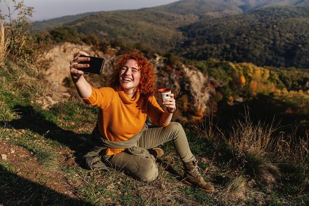 美しい晴れた秋の日に自然を楽しむ女性。