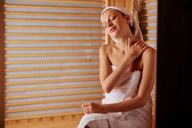 Женщина наслаждается массажем в сауне