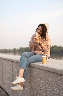 Женщина, наслаждающаяся уличной едой