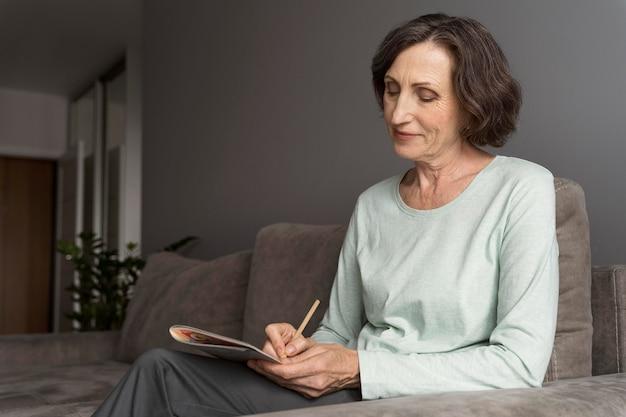 Donna che si gode un gioco di sudoku da sola