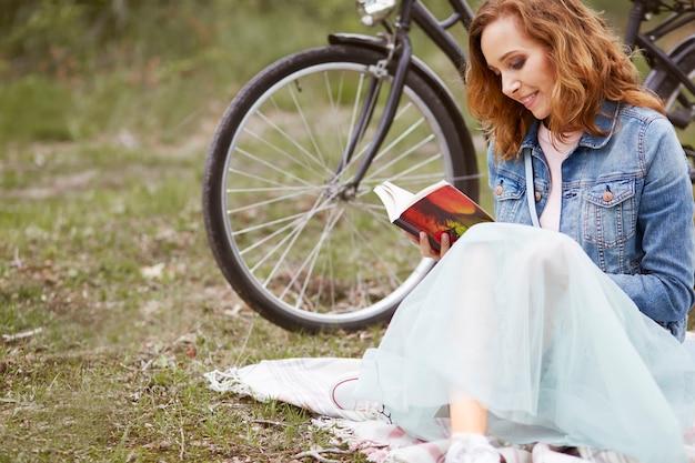 公園で一日を楽しんでいる女性 無料写真