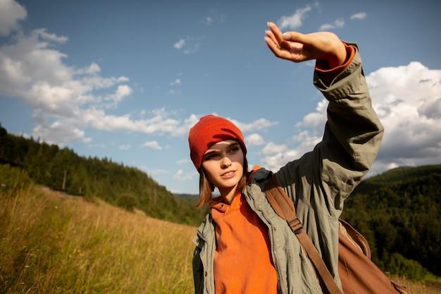 농촌 환경을 즐기는 여성