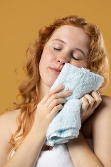 수건의 부드러움을 즐기는 여자