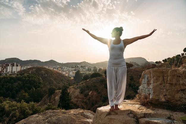 Donna godendo yoga e aria fresca