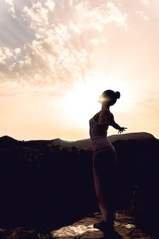 Donna godendo yoga e natura