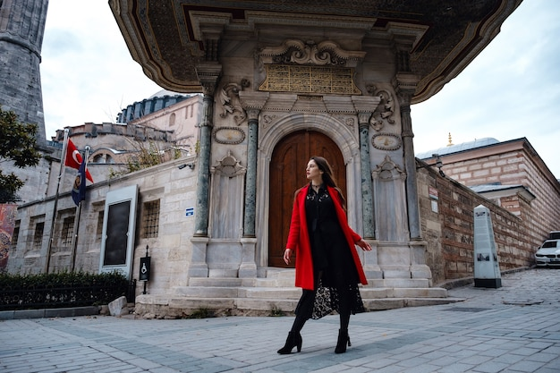여자 즐겁고 아야 소피아 성당 근처 산책