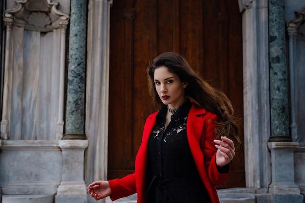 女性はアヤソフィア大聖堂の近くを楽しんで歩きます