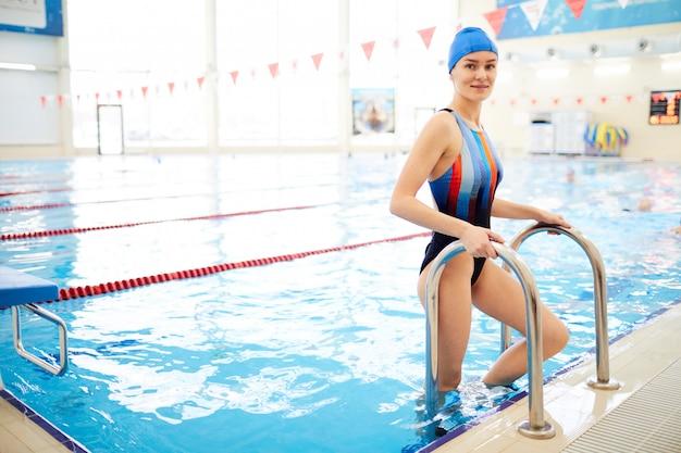 スイミングプールに入る女性