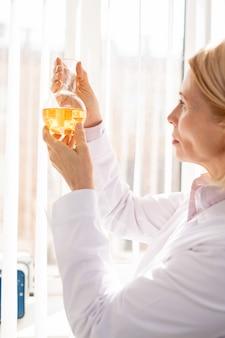 화학 반응을 검사하는 여자