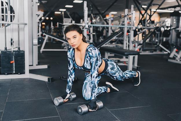 체육관 피트니스 속보에 여자 운동 운동 아령, 건강 한 라이프 스타일 보디 빌딩, 선수 작성기 근육 라이프 스타일을 들고 휴식을 취하십시오.