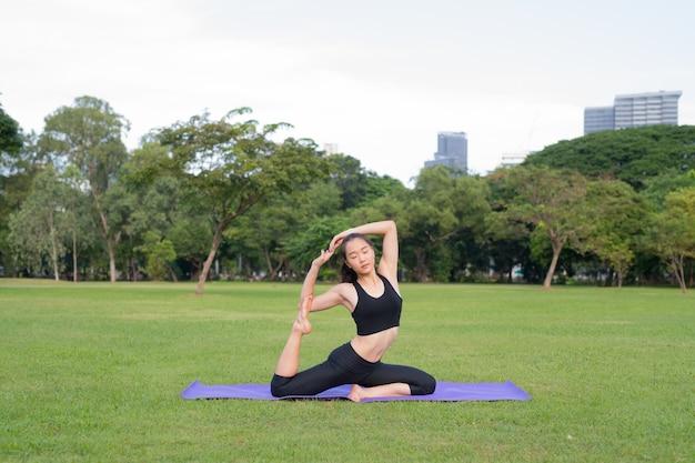 자연의 건강한 라이프 스타일을위한 공원 준비에서 여성 운동 요가
