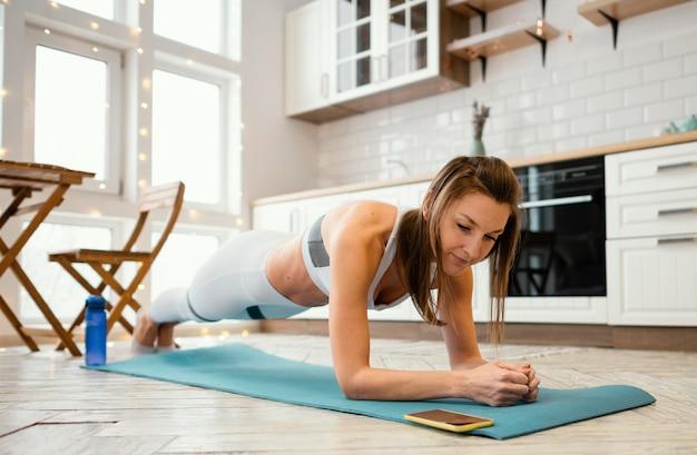 Женщина, тренирующаяся дома