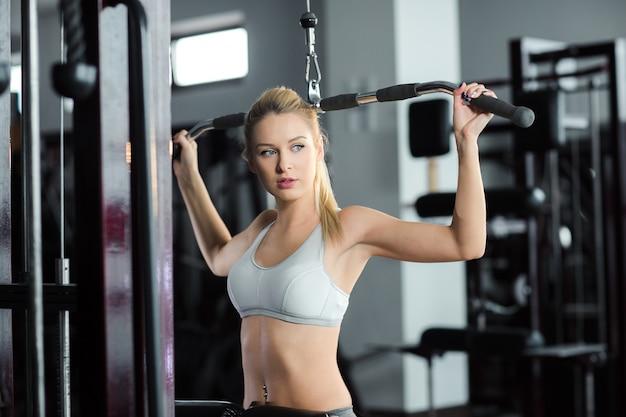 체육관에서 운동하는 여자 무료 사진