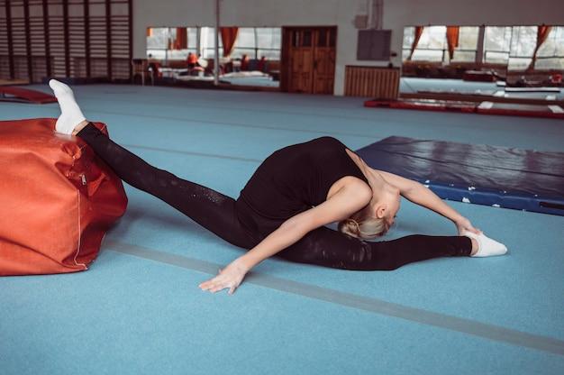 체조 올림픽을 위해 운동하는 여자