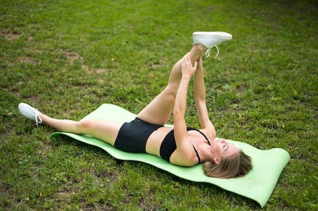 公園のロングショットで運動する女性